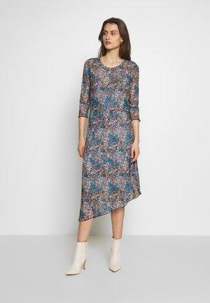 MARESA - Denní šaty - sudan brown