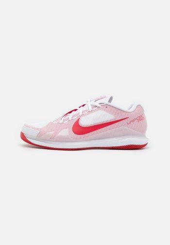AIR ZOOM VAPOR PRO - Tenisové boty na všechny povrchy - white/university red