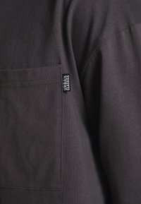 Urban Classics - NEON LOGO BOXY POCKET - Long sleeved top - darkshadow