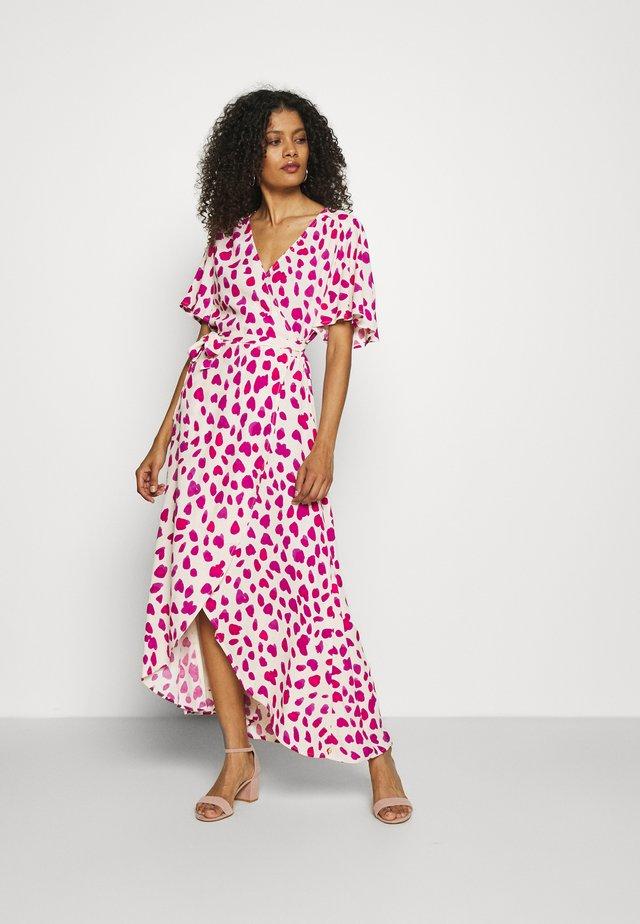 ARCHANA SLEEVE CATO DRESS - Maxi-jurk - white/pink