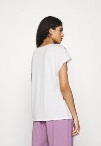 Ted Baker - LYLIE - T-shirt imprimé - white - 2