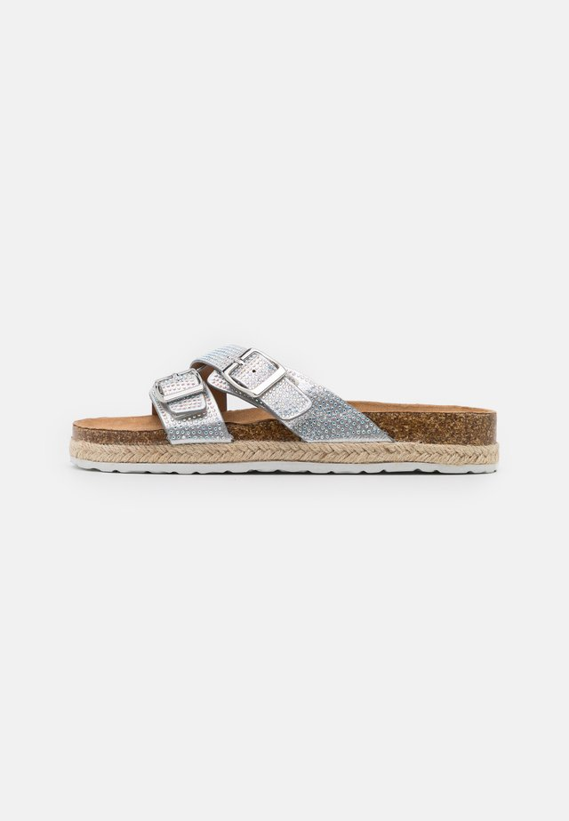 FOXY DOUBLE BUCKLE FOOTBED - Pantofle - silver