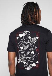 Cleptomanicx - CARDS - T-shirt z nadrukiem - black - 5