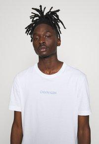 Calvin Klein - SHADOW LOGO  - T-shirt con stampa - white - 3