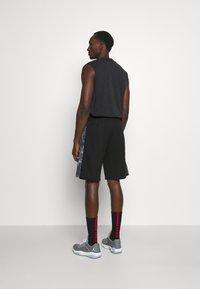 New Era - NBA LOGO OUTDOOR UTILITY PANEL - Sports shorts - black - 2