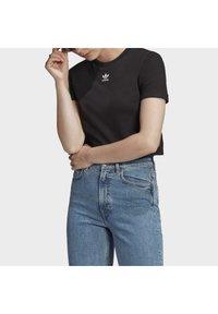 adidas Originals - TOP ADICOLOR ORIGINALS REGULAR T-SHIRT - T-shirts med print - black - 4