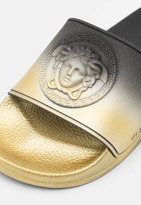 Versace - UNISEX - Pantofle - black/gold - 5