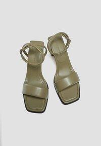 PULL&BEAR - GESTEPPTE - Sandały na obcasie - khaki - 2