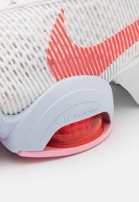 Nike Performance - AIR ZOOM SUPERREP 2 - Zapatillas de entrenamiento - summit white/bright crimson - 5