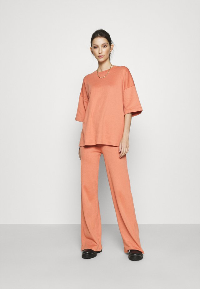 WIDE LEG SET - Pantalon classique - orange