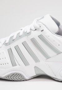 K-SWISS - ACCOMPLISH III - Tenisové boty na všechny povrchy - white/highrise - 5