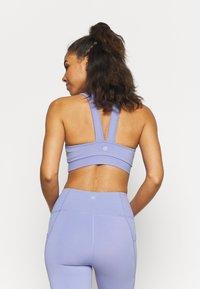 Cotton On Body - V NECK CUT OUT CROP - Sportovní podprsenky s lehkou oporou - periwinkle - 2