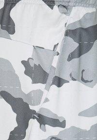 Nike Performance - CAMO SHORT - Krótkie spodenki sportowe - pure platinum/black - 2