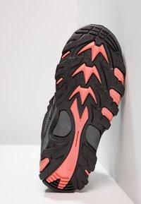 Hi-Tec - BLACKOUT MID WP UNISEX - Trekingové boty - black/pink - 5