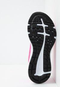 ASICS - GEL-EXCITE  - Obuwie do biegania treningowe - pink glow/white - 4