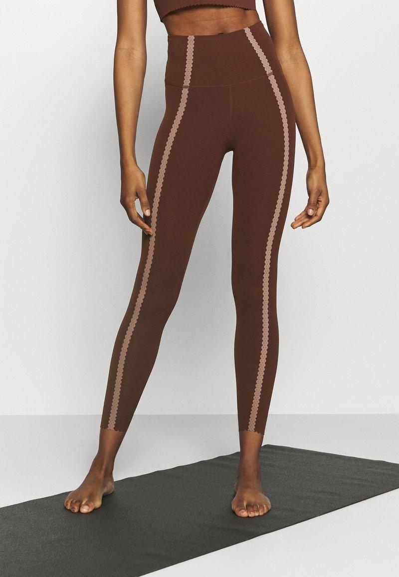 Nike Performance - LUXE EYLET 7/8 - Legging - bronze eclipse/smokey mauve