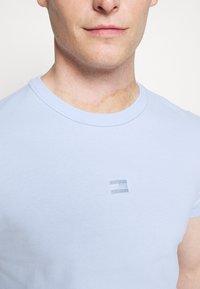 Tommy Hilfiger - TEE - Jednoduché triko - sweet blue - 4