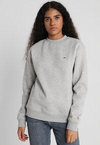 Tommy Jeans - CLASSICS - Sweatshirt - light grey - 0