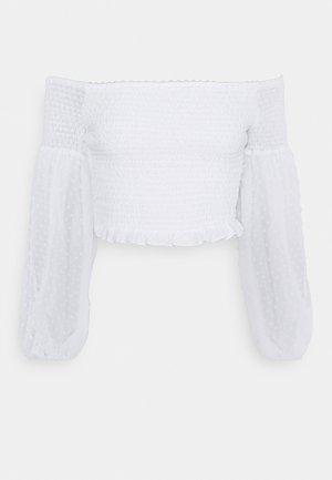 DOBBY SHIRRED BARDOT - T-shirts med print - white