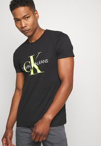 Calvin Klein Jeans - MONOGRAM LOGO SLIM TEE - T-shirt con stampa - black - 3