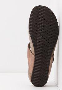 Geox - STHELLAE - Sandály s odděleným palcem - taupe - 6