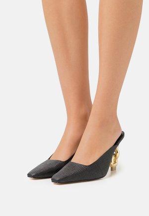 HARLOW MULE - Pantofle na podpatku - black