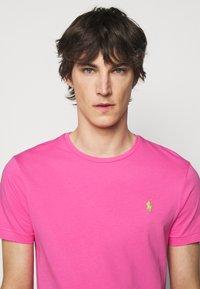 Polo Ralph Lauren - CUSTOM SLIM FIT CREWNECK - Basic T-shirt - maui pink - 3