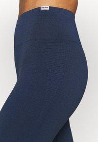 Smilodox - SEAMLESS LEGGINGS - Punčochy - blau - 4