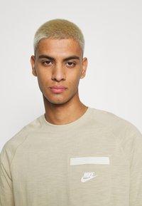 Nike Sportswear - T-shirt basic - grain/coconut milk/white - 3