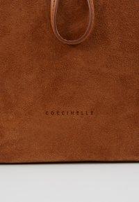 Coccinelle - SANDY - Bolso de mano - caramel - 5