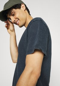Selected Homme - SLHRELAXHERB O NECK TEE - Basic T-shirt - sky captain - 4