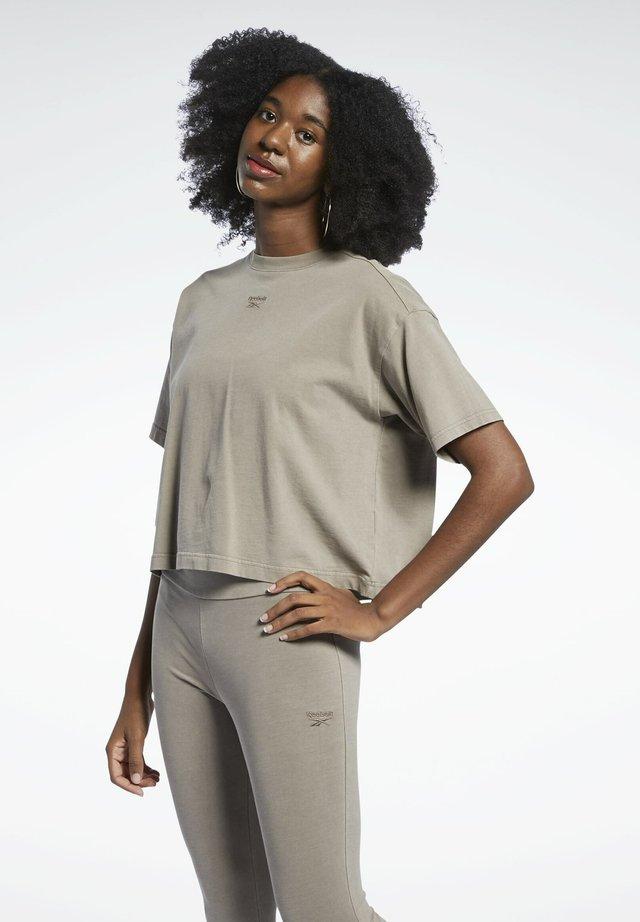 REEBOK CLASSICS NATURAL DYE CROPPED T-SHIRT - T-shirt basic - grey