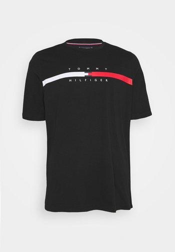 GLOBAL STRIPE CHEST TEE - T-shirt med print - black