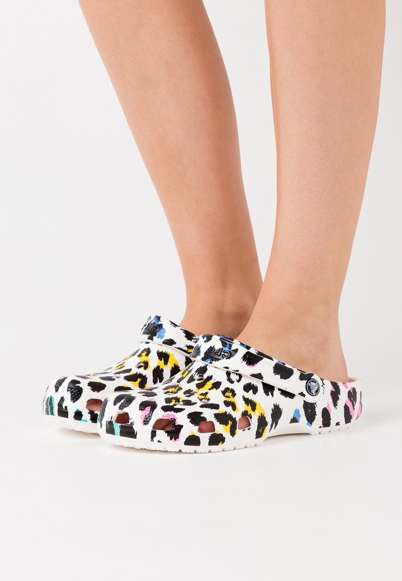 Crocs - CLASSIC ANIMAL PRINT  - Sandalias planas - multicolor