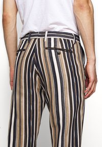 CLOSED - ATELIER CROPPED - Trousers - golden oak - 4