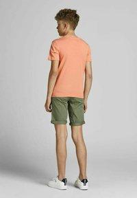Jack & Jones Junior - T-shirt med print - shell coral - 2