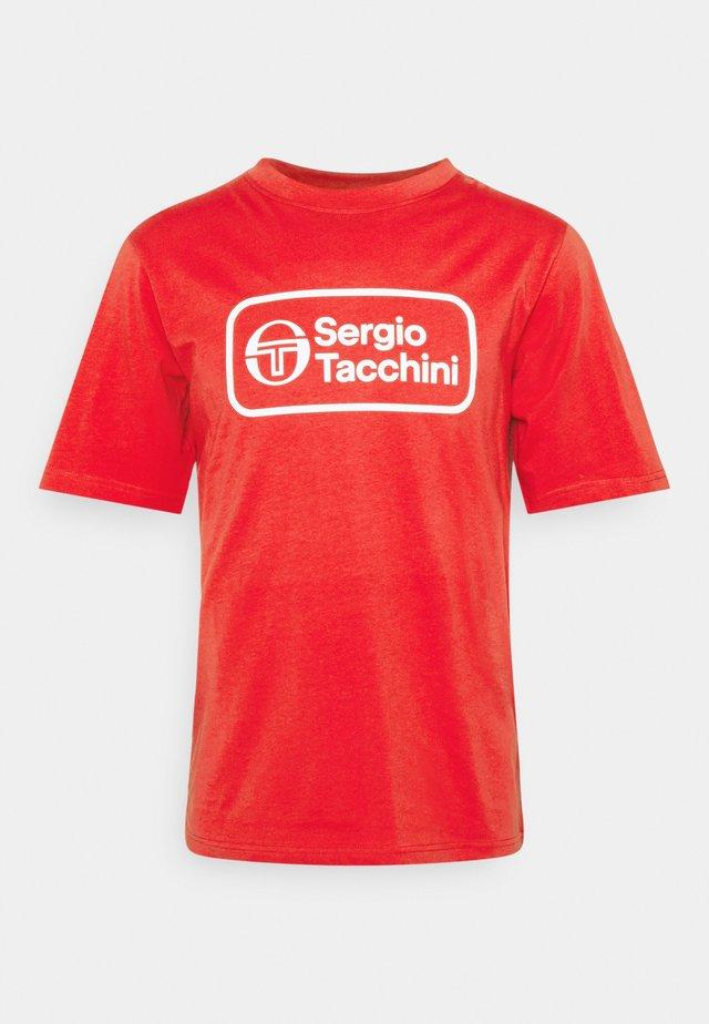 BERGAMO - Print T-shirt - molten lava