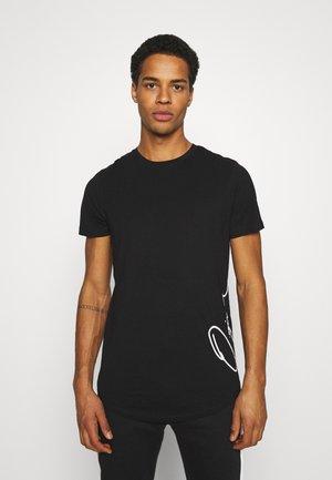 JORSCRIPTT CURVED TEE - T-shirt print - black