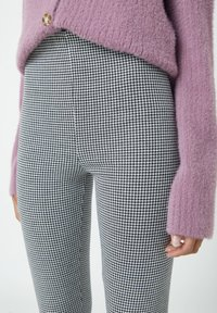 PULL&BEAR - MIT HAHNENTRITTMUSTER - Leggings - Trousers - dark grey - 4