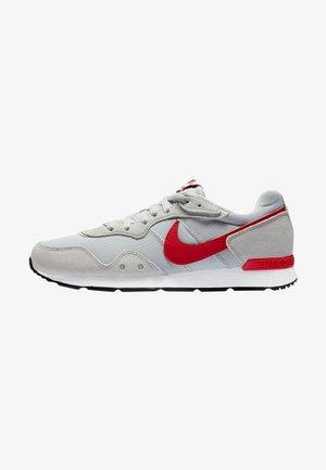 VENTURE - Sneakers basse - grey fog/white/black/university red