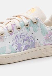 adidas Originals - STAN SMITH UNISEX - Sneakers laag - offwhite/hazy emerald - 5
