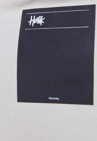 Bershka - OVERSIZED - T-shirt med print - light grey - 5