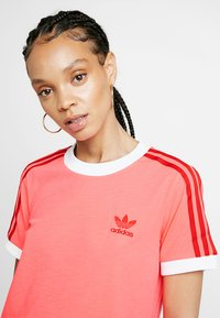 adidas Originals - TEE - T-shirts med print - flash red - 4