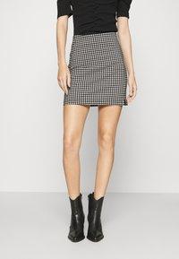 Topshop - CHECKED BENGALINE MINI - Mini skirt - monochrome - 0