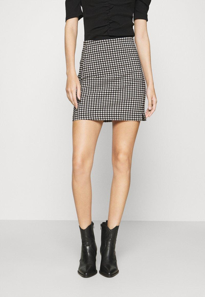 Topshop - CHECKED BENGALINE MINI - Mini skirt - monochrome