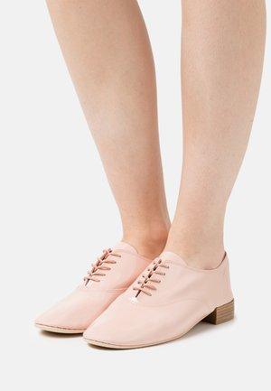 CHARLOTTE - Šněrovací boty - amande