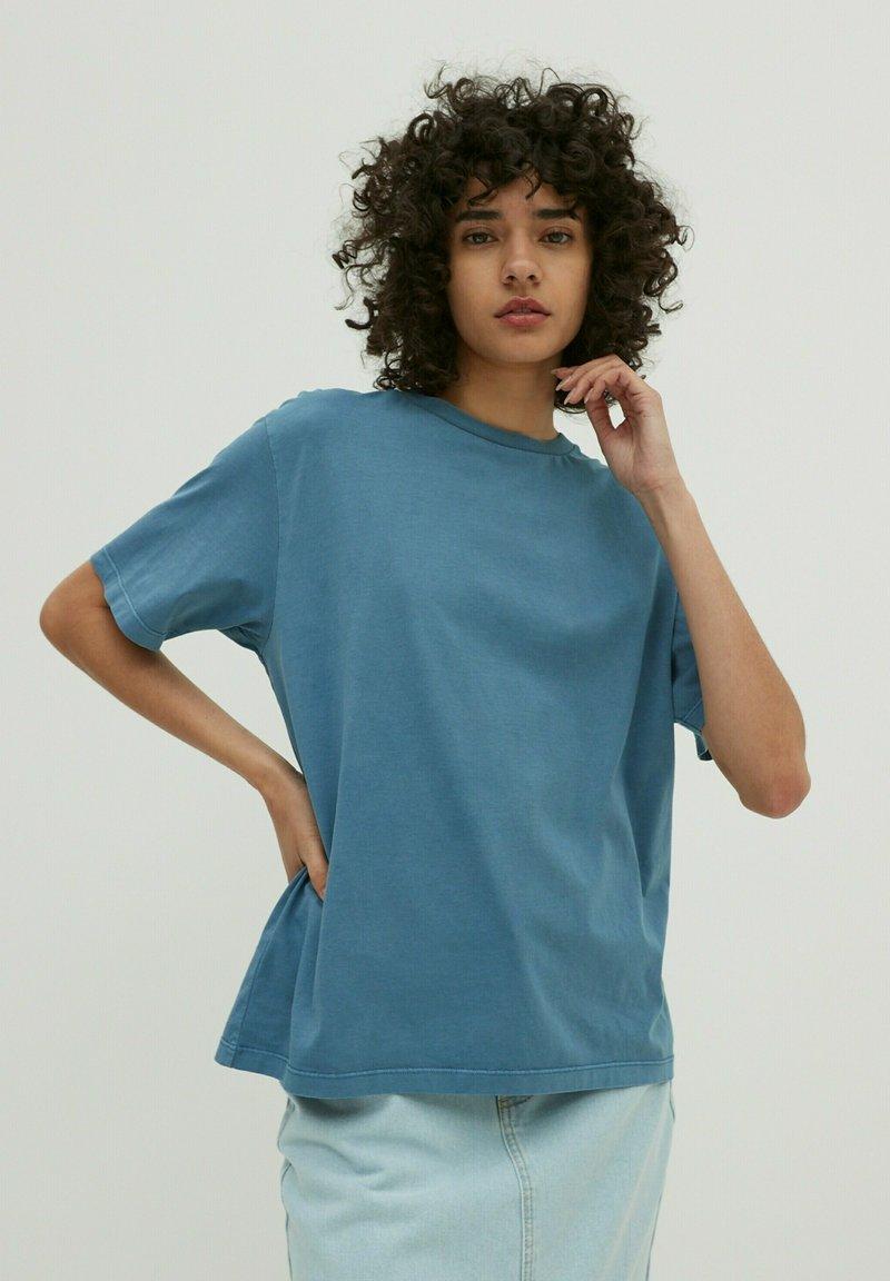 EDITED - CHARLI - Basic T-shirt - blau