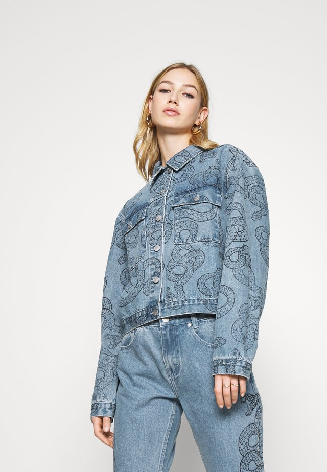ALL OVER SNAKE PRINTED JACKET - Giacca di jeans - light blue