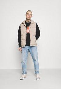 Tommy Jeans - VERTICAL GRAPHIC CREW UNISEX - Sweatshirt - black - 1