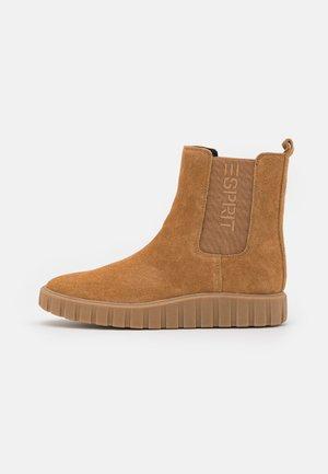BOOTIE - Kotníkové boty na platformě - caramel